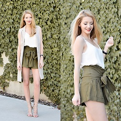 Vivienn Nagy - Zara Top, Beginning Boutique Short - Green Day - www.fiftypairsofshoes.com