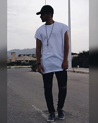 Jose Manuel Hernández - Asos Long Shirt, Zara Cap, Lefties Shoes, Pull & Bear Ripped Jeans - LIBÉRER