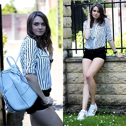 Audrey - New Yorker Shirt, Gina Tricot Shorts, Adidas Shoes, New Look Bag - How to wear the stripes