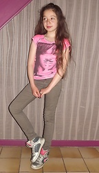 Eve Sakina - Rihanna Printed Pink Shirt, H & M Beige Skinny Pants, Airness Sneakers Baskets - Simply casual and cool !