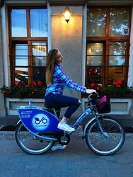 Victoria Kozakevych - Converse White Sneakers, Zara Jeans, House Plaid Shirt, H&M Pink Crossbody Bag - Bike ride ??