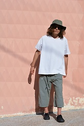 Enea Nastri - Tommy Hilfiger Fishermans Cap, Pull & Bear Sunglasses, Giorgio Armani Oversized Tshirt, Thrifted Culottes, Vans Black Sneaker - MONOCHROME