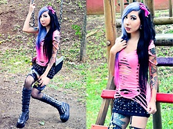 NaTyMeTaL - Twisted Cuts Cut Shirt, Gorgeous Freaks Store Leggins - Playground