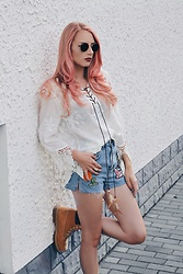 Laura Simon - Ray Ban Gold Round, Poppy Lovers Fashion White Brown, Topshop Blue Denim Patches, Timberland Brown Beige - Timberlands x Patches