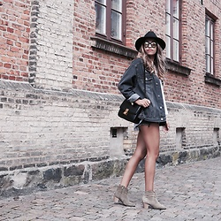 Fadela MECHERI - Asos Hat, Asos Boyfriend Jacket, Céline Bag, Isabel Marant Booties, Carrera Sunglasses - Way Out West Festival