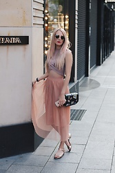 Laura Simon - Ray Ban Gold Round, Topshop Crop Top Rose, Zara Rose, Mime Et Moi Gun Metal Rose, Zara Patches - Covered in rosé