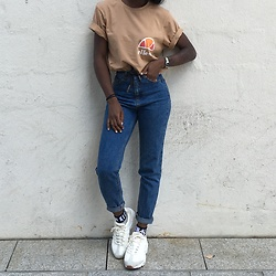 Aude-Julie Alingué - Ellesse Tee, Pull And Bear Mom Jeans, Calvin Klein Socks, Nike Air Max 95 - 90s BAESICS