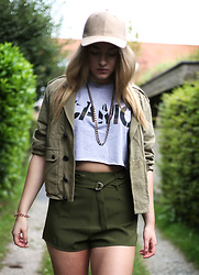Frederike S. - Missguided Faux Leather Cap, Asos Necklace, Missguided Crop Top, Zarar Bomber Jacket, Missguided Shorts - Camo