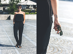 Lea P - Ray Ban Ray Ban New Wayfarer Sunglasses, Black Jumpsuit, Daniel Wellington Wristwatch, Birkenstock Arizona Sandals - All black