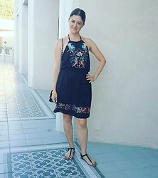 Ozge - Pull&Bear Dress, Daisy Street Flat Sandals, Chain Strap Cross Body Bag - Black boho midi dress