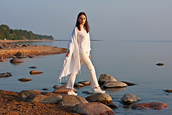 Anna Puzova - H&M Shirt, H&M Jeans, Rimowa Wrap, Converse Shoes - Sunsets with RIMOWA