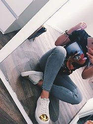 Meis Saad - Givenchy T Shirt, Gina Tricot Jeans, Puma Shoes, Apple Iphone 6s - Bambina