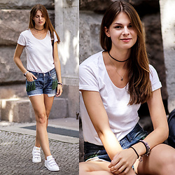 Jacky - H&M T Shirt, Levi's® Shorts, Adidas Sneakers - Levi's Shorts with Tassel Detail