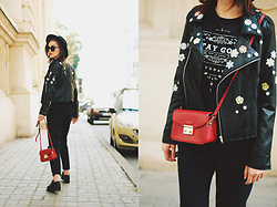Andreea Birsan - Embroidered Leather Jacket, Red Crossbody Bag, Glitter Shoes, Black Distressed Mom Jeans, Sunglasses, Black Fedora Hat, Printed T Shirt - Black mom jeans: how to wear an all black outfit this fall