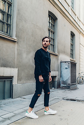 Arttu Mustonen - Weekday Jeans, Adidas Sneakers, Second Hand Sweater - Second hand