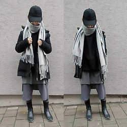Mon M - Reserved Scarf, New Yorker Hoodie, New Yorker Asymmetrical Top, New Yorker Winter Jacket, Handmade Culottes, Bershka Leggins - How many layers can keep me warm?