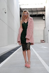 Venetia Kamara - Sheinside Pink Fluffy Coat, Ax Paris Green Lace Dress, Simmi Pink Fluffy Shoes - Girl Power