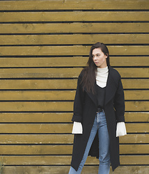 Toma Muznikaitė - Lindex Bell Sleeve Top, Lindex Strappy Top, Mustang Blue Mommy Jeans, H&M Studio Black Wool Oversize Coat - Moody monday