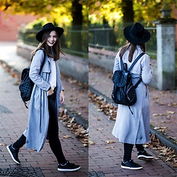 Laura - New Look Trenchcoat, New Yorker Backpack, Nike Sneaker, H&M Hat, Monki Jeans - Minimal autumn outfit