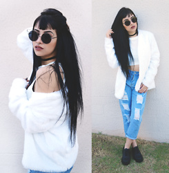 Mayara Pereira - She In Ripped Jeans, Acervo White Fake Fur Coat, Bamm Sunglass, Dresslink White Cropped, Melissa Grunge - WHITE FAKE FUR COAT