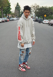 Topher Park - Kanye West Tour Merch Saint Pablo Wolves Cream Hoodie, Fear Of God Collection Two Basic T Shirt, H&M Skinny Regular Trashed Jeans, Nike Big High Spike Lee - 파 블 로 | p a b l o