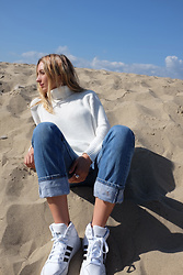 Amber Kekich - Again Sweater, Levis Jeans, Adidas Sneakers - Fall By The Beach