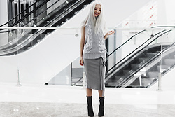 Krist Elle - Simplee Apparel Backless Knitted Turtlneck Sweater, Simplee Apparel Gtay Knitted Skirt, Solewish Black Velvet Ankle Boots Perspexheels - Winter fashion 2016-2017