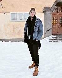 Johan Schröder - Levi's® Jacket, Weekday Pants, Timberland Shoes, River Island Poncho - Too cold to handle!