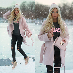Ekaterina Normalnaya - Badass Aweatshirt, Heart Bag, Dark Grey Ripped Jeans, Guess Wedge Sneakers - Rose quartz