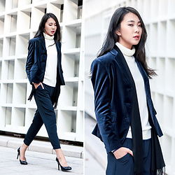 Xuan Huang - Uniqlo Suede Blazer, Uniqlo 100% Cashmere Turtle Neck Sweater, Uniqlo Ankle Length Trousers, Nine West Black High Heels, Uniqlo 100% Cashmere Scarf - UNIQLO OL