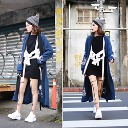 Miriam Mibao - L'academie X Revolve The Silk Robe, Recto 多way吊帶背心, Zohara Tights, Nike Air Huarache - Tights