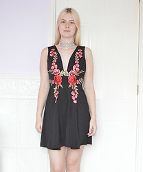Lucy Mitchell - Rosegal Black Embroidery Floral Dress, Rosegal Silver Chunky Crystal Statement Choker - Roses Are Red