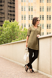 Lindsey Puls - Chic Me Tunic, H&M Pants, Kate Spade Purse, Quay Sunglasses - Casual & Chic
