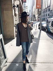Aleksa Goldfield Rodrigues - H&M Wool Hat, Zara Wool Coat, Free People Knitted Sweater, Zara Relaxed Fit Jeans, Urban Outfitters Leather Ankle Boots - Over sized Sweater