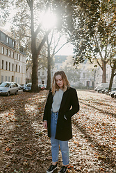 Viviane Lenders - Mint&Berry Navy Coat, Somerset Knit Sweater, Closed Jeans, Superga Sneakers - A day in Autumn