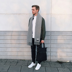 Erik Thorell - Acne Studios Scarf, Weekday Jacket, Cortefiel Tote Bag, Nn07 Trousers, Asket Oxford Shirt, Common Projects Sneakers - Christmas Day (IG: ERIKINGR)