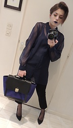 Olivia - Urban Outfitters Black Legging, Minelli Bag - Xmas in Black and Blue