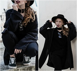 Andriana Argiropoulou - H&M Wool Hat, Romwe Sweater, Stradivarius Sunglasses, Slim Mom Jeans, H&M Cardigan, Vans Sneakers - Total Black