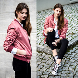 Jacky - Subdued Bomber Jacket, Converse Chucks - Colour for a change: pink bomber jackt