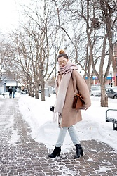 Arielle - H&M Oversized Cocoon Coat, H&M Wool Scarf, Desi X Quay Oversized Aviators, 7 For All Mankind Distressed Boyfriend Jeans, Zara Leather Sock Boots, Chloe Faye In Tobacco - How to Wear an Oversized Jacket