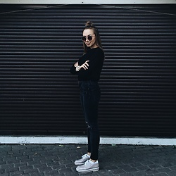 Yana - Paolo Conte Ru Boots, Topshop Trousers, Pull & Bear Sweatshirt, H&M Sunglasses - Why so serious?