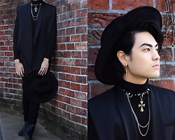 Kevin Kinno - Balmain Black Sleveless Blazer, Forever 21 Wide Black Fedora, H&M Black Turtle Neck, Silver Rings, Forever 21 Black Skinny Jeans, H&M Black Leather Chelsea Boots, Punk Choker, Cross Earring - NOIR