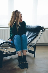 Ruth Van Soom - Urban Outfitters Hoodie, Levi's® Jeans, Calzedonia Socks, Gucci Loafers - LC4
