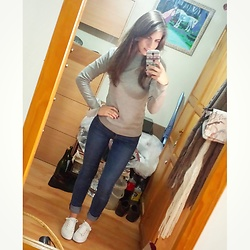 Andrea Ávila - Asos Turtleneck Sweater, Zara Body Curve Jeans, Pull & Bear White Sneakers - Simple look, messy background