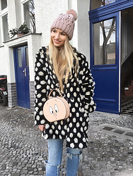 Franziska Elea - Second Hand Coat, Zara Bag, Zara Mom Jeans, H&M Beanie - Berlin with dots and piggy bag