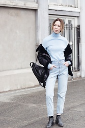 Gabrielle Lacasse - Urban Outfitters Mom Jeans, Senso Ankle Boots, Matt & Nat Backpack - Winter baby blues
