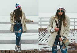 Iwona - Levi's® Jeans, Converse Sneakers, Adidas Hoodie, Vintage White Coat - WHITE