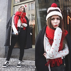 Elaine Hennings - Catwalk Junkie Jumper, Urban Outfitters Scarf, Asos Jeans, Vans Sneakers, H&M Coat, Asos Beanie - Smooches