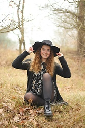 Janine De Bart - Kruidvat Floppy Hat, Forever 21 T Shirt Dress, Dr. Martens Docs, Primark Fluffy Cardigan - Counting