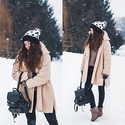 Gabriela Grębska - Shein Coat, Chicwish Backpack, Boots, Pants, Sweater - Emu boots